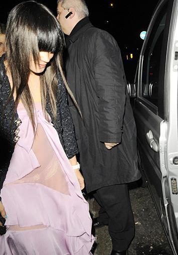 Lily Allen şeffaf elbise kurbanı.
