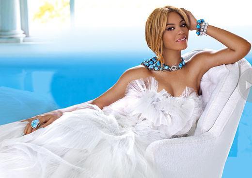 """People dergisinin özel sayısında, 30 yaşındaki şarkıcı, geleneksel """"Dünyanın En Güzeli"""" listesinin başında yer aldı."""