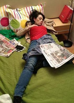 Bir Kadın Bir Erkek dizisinin oyuncusu Demet Evgar sette uyuyakaldı. O anı da rol arkadaşı Emre Karayel böyle görüntüledi.