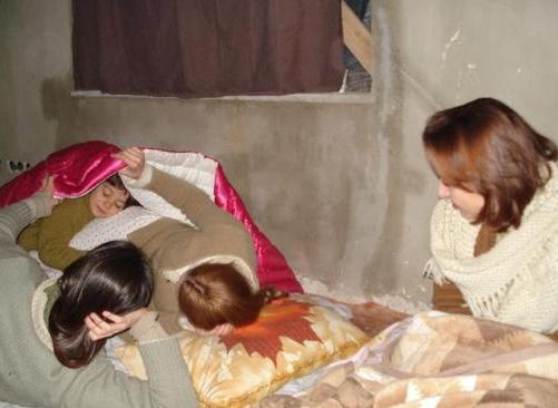 Öyle Bir Geçer Zaman ki'nin Cemile'si Ayça Bingöl, dizide çocuklarını canlandıran oyuncularla mola sırasında.