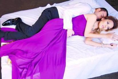 Demet Akalın eski eşi Oguz Kayhan ile yatakta poz vermişti.