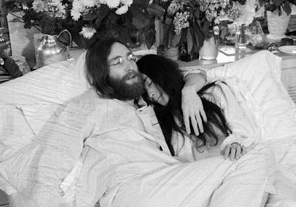 Lennon ve Ono yatakta.