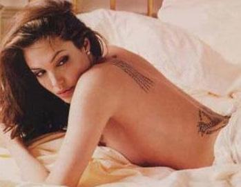 Angelina Jolie'nin yatak pozlarından biri daha.