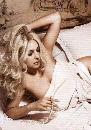 Sinemanın en seksi kadınlarından biri olan Monica Bellucci, sık sık yatakta poz veriyor.