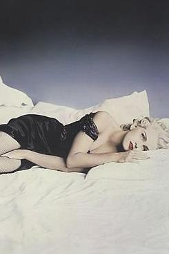 Madonna kimi zaman sevgilisiyle kimi zaman da tek başına yatakta poz verdi.