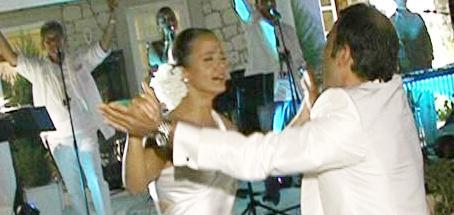 Bir çok ünlünün davetli olduğu düğünde gelin Zeynep de damat da mutluluktan uçuyordu.