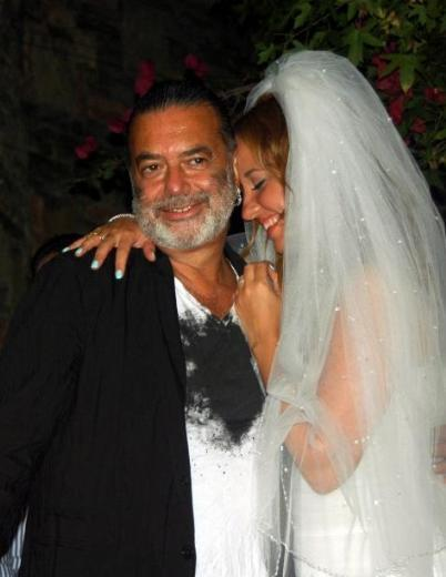 Bu arada, evliliklerini bitiren Neco ile Oya Germen'in gazeteci ve şarkıcı olan küçük kızı Ayşe de yaşadığı aşklarla gündeme geliyordu sık sık.