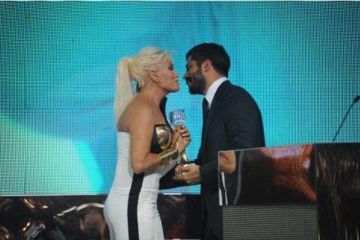 """Sen ölüürsen ben de ölürüm  18. Kral Ödülleri'nde Ajda Pekkan'a 'en iyi kadın sanatçı' ödülünü """"Muhteşem Yüzyıl""""da Malkoçoğlu'nu canlandıran Burak Özçivit takdim etti. Pekkan, ödülünü alırken """"Hepiniz adına Malkoçoğlu'nu öpüyorum"""" diyerek Özçivit'i öptü."""