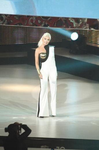 """Müziğin kraliçesi  Kral Müzik Ödülleri, 18'inci kez sahiplerini buldu. Gecenin yıldızı Ajda Pekkan'dı. Ünlü şarkıcı, """"en iyi kadın sanatçı"""" dahil 8 ödül kazandı."""