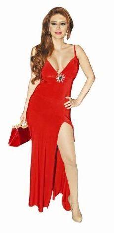 Cesur bir elbise giyen Ebru Polat, yürüyen merdivenlerde düşme tehlikesi atlattı. Ece Gürsel de derin sırt ve kalça dekolteli elbisesiyle geceye damgasını vurdu.