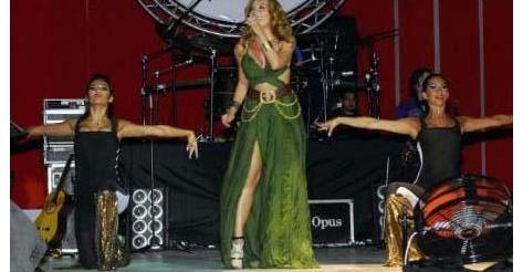 SAHNEDE BAYILDI Bir sahne kazası da şarkıcı Ziynet Sali'nin başına geldi. İzmir Enternasyonal Fuarı'nda sahne alan Sali, şarkısının bitmesinin hemen ardından bayılarak yere düştü.
