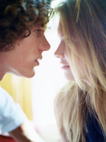 Kova   (21 Ocak-19 Şubat arasında tanıştıysanız)   Bu ilişki asla sıradan bir ilişki olamaz. İlişkiniz aynı zamanda son derece entelektüeldir, birlikte dünyayı kurtarma planlarını bile tartışabilirsiniz.  Avantajları: Bu ilişki her birinize benlik duygusu kazandıracaktır. Bu da son derece olumlu, elektriği arttıran bir özelliktir.   Zorlukları: Kova en seksi burç olmasa da, ikinizden biri Ateş burcu (Aslan, Koç, Yay) veya Toprak burcu ise (Boğa, Oğlak veya Başak), ilişkinin sımsıcak geçmesi için şansınız var.   Tedavisi: Aynı hedefi paylaşmak insanları daima birleştirir. Köpeklerinizi birlikte dolaştırmanız bile ilişkiniz adına artı bir puan. Beraber planlar yapın, hayatlarınızı paylaşın, ama aynı zamanda partnerinize yer bırakmayı da ihmal etmeyin.