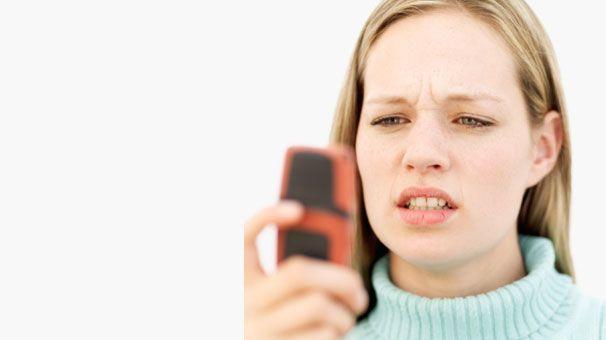 """1) Telefonda kaba ve aceleci davranmak!   Erkekler kadınların aksine telefonun sadece bir iletişim aracı olduğunun farkındadırlar. Erkeklerin normalde bir telefon görüşmesinde kullanacakları kelimeler """"Merhaba, nasılsın, kaçta buluşacağız ve görüşürüz""""den ibarettir. Ancak kadınlar iletişimi uzatma taraftan oldukları için erkeklerin görüşmeleri kısa kesmelerini kendilerine değer verilmediği şeklinde yorumlarlar. Bu noktada belki de erkeklere ufak bir uyarı olası bir anlaşmazlığı giderecektir."""