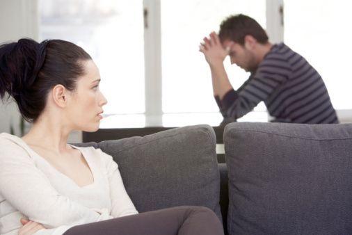 3) Kendi problemleriyle uğraşırken susmak!   İşte madalyonun öteki yüzü: Erkekler kadınların aksine kafalarındaki sorunları konuşarak değil susarak çözerler. Erkeklerin kadınlara nazaran sessizliğe çok daha fazla ihtiyaçları vardır. Kafalarında bir sorun olduğunda aynen kapalı kutuya dönüşürler. Kadınlar da kendi doğalarının tam tersi olan bu durumu kabullenmekte zorlanırlar. Erkeklere kadınların bu durumdan alınabilme ihtimalleri olduğu maalesef vahiyle inmemektedir. Bu yüzden bu gibi bir durumla karşılaşan kadının karşısındakine alındığını bildirmesi gerekmektedir. Sadece kafasındakilerden birazcık olsa bile bahsetmesini makul bir dille ve durumu anlatarak rica etmek gerekmektedir. Aksi takdirde o kapalı kutu hep kapalı kalır ve bununla karşılaşan kadınlar da ilgisizlik ya da sevgisizlikle karşı karşıya olduklarını sanırlar.