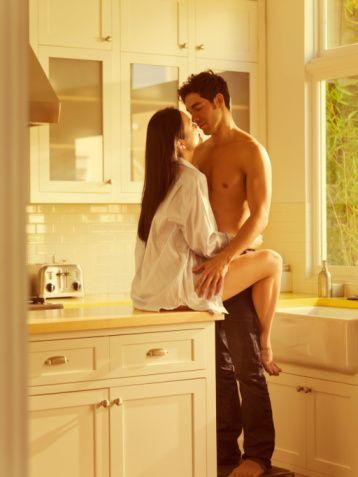 8) Kadın; birlikte olduğu erkeğe rahat bir soluk alabilmesi için zaman tanımalıdır. Böylelikle karşısındaki kişi kendini kafese kıstırılmış bir aslan gibi hissetmez. Aynı durum sizin için de geçerli olmalıdır. Her iki tarafın da kendine ait özel bir dünyası ve zamanı bulunmalıdır.   9) Erkek; her ilişkiye balıklama dalan bir kadın olmadığınızı anlarsa, endişelerinizi gidermek konusunda da daha incelikli davranacaktır.