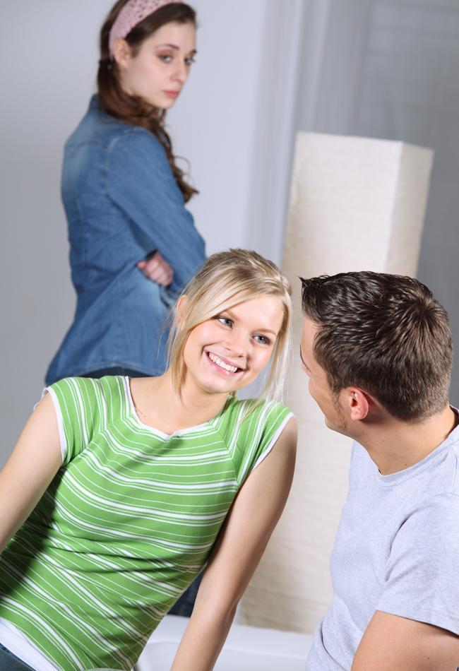 12) Bir kadın başka bir kadınla rekabet etmeye kalkışırsa, kendi değerini azaltmış olur.  13) Bırakın, kontrolün kendi elinde olduğunu düşünsün. Yapmasını istediklerinizi, ilişkiyi inada bindirmeden bu şekilde daha kolay gerçekleştirecektir. Bir krala benzemek istemesini hoş karşılayın. Bu gayet maskülen bir içgüdüdür.