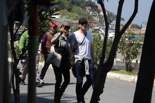 """""""007 James Bond"""" serisinin yeni filmi """"Skyfall"""" için İstanbul'a gelen Daniel Craig, burada sadece iş değil, tatil de yapıyor. İngiliz aktör önceki gün oyuncu eşi Rachel Weisz'le birlikte ada turuna çıktı. Büyükada ve Burgazada'yı gezen çifte iki koruma da eşlik etti."""