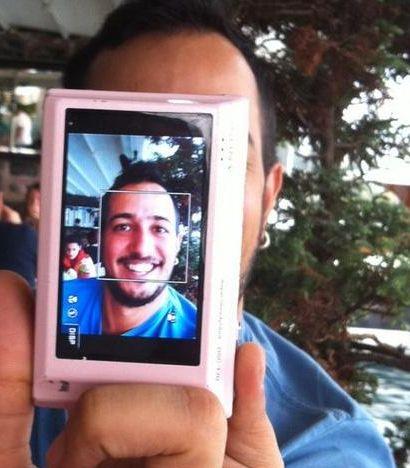 """Sarp Apak'ın profil fotoğrafı bu. Kendini """"30 yıldır 9 yaşında olan adam"""" cümlesiyle tanıtmış."""