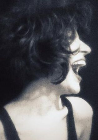 """Genç oyuncu Gonca Vuslateri, """"Ve de öyledir"""" notuyla bu fotoğrafı seçmiş profili için."""