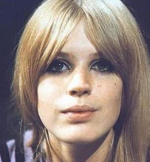 Faithfull, gençliğinde sesi kadar güzelliğiyle de ilgi çekerdi.