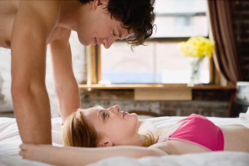 """Ön sevişme: Yarım saatte 238 kalori  Sevdiğiniz insanla kıyafetlerinizi bile çıkarmadan oynaşmanın kalori yakmak için en iyi yol olduğunu biliyor musunuz? """"Beklenti"""" diyor Dr. Carle, kalp atışlarınızı hızlandırır. Ve derin nefesler almaya da! Ki bu da kalori yakımını hızlandırır. Ama daha fazlasını istiyorsanız, """"Oda sıcaklığı yükseldikçe ve vücut ısısı, daha çok kalori yakacaksınızdır"""" diyor Kinzbach. Ayrıca yatakta yuvarlanmayı ve arada bir sahneyi değiştirmeyi deneyin,""""Ne kadar oyuncu ve erotik olursanız o kadar çok zevk alacak ve kilo vereceksiniz.""""  Kaynak: Milliyet"""