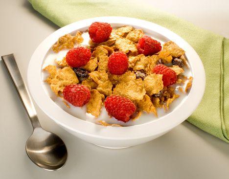 K vitamini   Neye yarar?: Kan pıhtılaşması için gereklidir, kemikleri korur.   Dozu: 31+: Günde 90-120 mcg (mikro gram).   Kaynak besinler: Yeşil yapraklı sebzeler, süt ve süt ürünleri, yumurta, tahıllar ve karaciğer.
