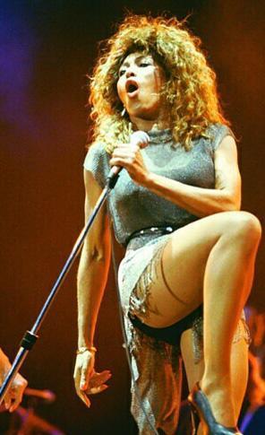 70 yaşına gelmesine rağmen hala gençlere taş çıkartan bir fiziğe sahip olan Tina Turner da bacaklarını sigortalattı.