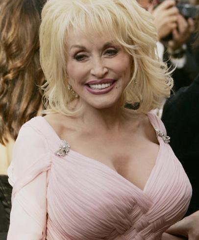 Bir dönemin ünlü şarkıcısı Dolly Parton'ın en çok dikat çeken yanı göğüsleri.