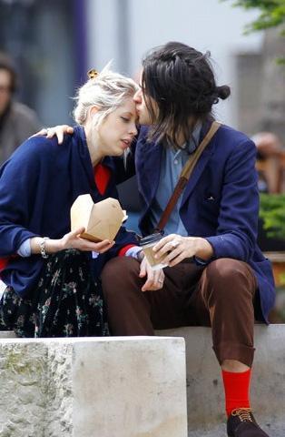 Kısa bir süre önce bir çocuk dünyaya getiren Peaches Geldof ve nişanlısı kısa bir gezintiye çıktı.
