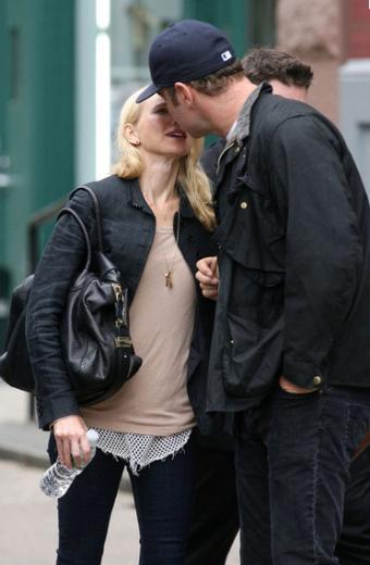 Naomi Watts ve Liev Schreiber da sık sık birbirlerine sevgi gösterisinde bulunurken objektiflere takılıyor.
