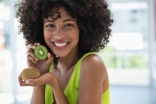 13. Bazı yiyeceklerle sinirleri kuvvetlendirmek mümkün mü?   Bilinen en eski kuvvetlendiricilerden birisi magnezyum. Bu mineral stres hormonlarının üretimini bloke eder ve sinirlere yeteri kadar oksijen gitmesini sağlar. Stres faktörü olduğunda vücutta çoğalan serbest radikallere karşı ise antioxidan vitaminler en iyi çözüm. Bolca sebze ve meyve oldukça faydalı.