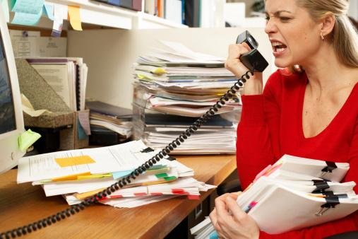 2. Sürekli stres altında kalan kişilerin sağlığı tehlike altına girer mi?   Kişi stres altında olduğu zaman vücut bolca cortisol hormonu üretir. Bu hormon düşünme, öğrenme ve konsantrasyon sağlamada engel teşkil edebiliyor. Yorgun, sinirli ve depresyona girmeye müsait bir ruh hali yaratıyor. Bağışıklık sistemi zayıfladığından kişi hastalıklara karşı daha güçsüz oluyor ve daha kolay hastalanabiliyor. Kalp frekansı ve kan basıncı düşüyor. Bunun yanında kalp krizi geçirme riski de büyüyor. Bunların dışında stres ayrıca hazımsızlıkla ilgili sorunlara da yol açabiliyor. Bunun sonucunda ise kişi ülser oluyor.
