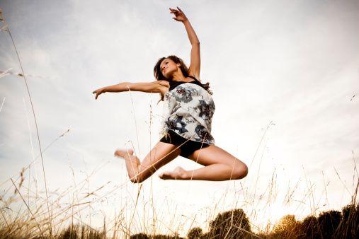 12. Müzik, dans ve diğer terapilerin faydaları neler?   Duygularını bastırıp kendilerini sadece kafalarıyla yöneten kişiler bu sayede yaratıcı yönlerini fark edebilirler. Bu kişiler müzik ve dans sayesinde çok farklı duygular yaşayıp değişik deneyimler elde ediyorlar. Terapiler kişilere duygularının açığa çıkmasına yardımcı oluyor ve onları sürekli bastırmanın mümkün olmadığını ve bu duyguların yaşanması gerektiğini anlamalarına yardımcı oluyor.