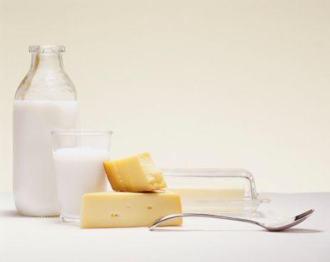 Sütlü besinler yararlıdır   Kan grupları arasında sütlü besinlerden yarar sağlayan tek grup B'dir. Ancak Asya kökenli B grubu mensuplarının sütlü besinlere alışmaları zaman alabilir. Sütlü besinler, Asya'ya Moğol istilalarıyla ulaşmıştı. Barbarların besini sayılan sütlü yiyeceklere tepki gösterilmesini de yadırgamamak gerekir. Afrika kökenli B grubu mensupları da sütlü besinlere uyum sağlamakta zorlanırlar. Sütlü besinlere tepki gösteriyorsanız, soya ürünleriyle sütlü besin ihtiyacınızı giderebilirsiniz.
