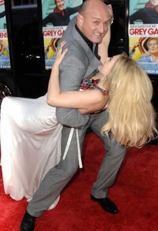 Güzel yıldız Drew Barrymore, rol aldığı Grey Gardens'ın galasında bütün dikkatleri üzerine topladı.