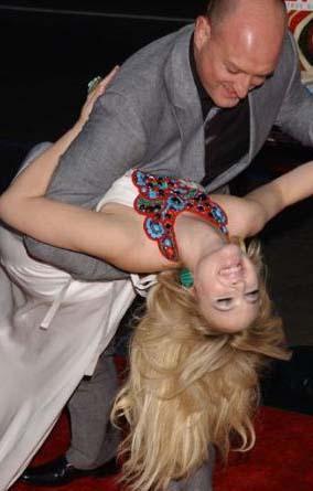 Bir yandan da filmin senaryo yazarı ve yönetmeni Michael Sucsy ile kırmızı halıda minik bir dans gösterisi yaptı.