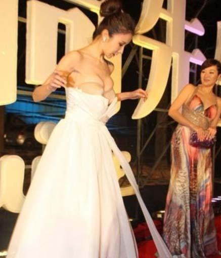 Pekin'de düzenlenen Esquire Ödülleri törenine katılan Feifei, tam kırmızı halıda yürürken straples elbisesi üzerinden kaydı.