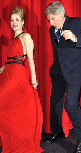 Usta aktör elbisenin eteğine bastığını son anda fark etti.