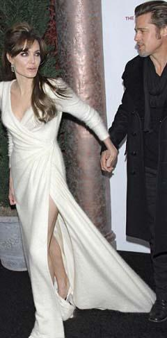 Brad Pitt nişanlısı Angelina Jolie'nin uzun kuyruğuna basmış ama farkında değil.