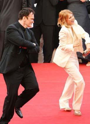 Inglourious Basterds filminin gösteriminden önde yönetmen Quentin Tarantino ile başrol oyuncusu Melanie Laurent kırmızı halıda dans etti.