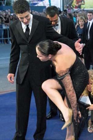 Christina Ricci elbisesinin eteğine basınca..