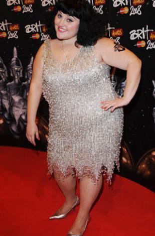 """Başta Hollywood olmak üzere """"yeni moda güzellik anlayışının"""" ince, daha ince, hatta mümkünse sıfır beden olmayı empoze ettiği bir çağda 31 yaşındaki Ditto, kilolarıyla bütün bunlara meydan okuyor."""