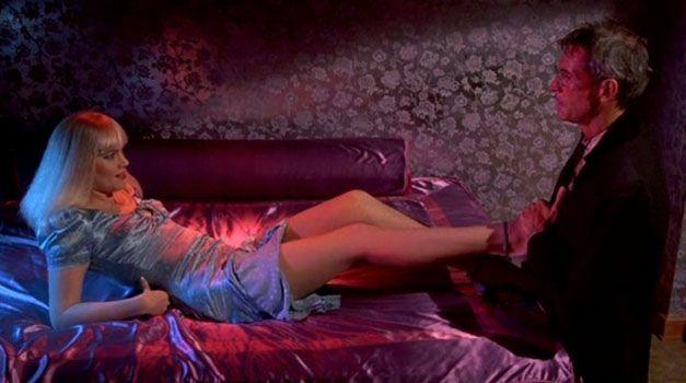 China Blue ile Joanna Crane karakterleri arasında kalmış Kathleen Turner'ın rol aldığı karakter, daha ziyade din ve evlilik terapisi yapmayı amaçlıyor.