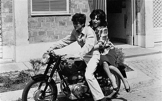 Pasolini'den hayat kadınlığını bırakmak için ant içse de bir türlü bunu beceremeyen bir bireyin hikayesi.