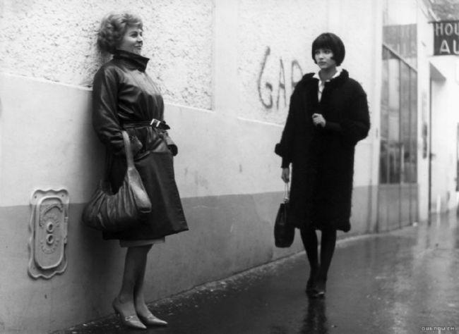 Godard'ın 12 bölümde bir hayat kadının yaşadıklarını mercek altına aldığı, özel, devrimci ve akıl sır erdirilemeyecek bir başyapıt.