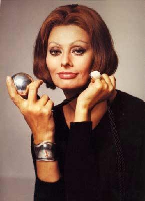 Sophia Loren:  70 yaşını aşan efsanevi İtalyan yıldız Sophia Loren, yıllara meydan okuyan cildinin güzelliğini domates maskesine borçlu olduğunu söylüyor. Püre haline getirdiği domatesi birer kaşık bal ve zeytinyağı ile karıştıran oyuncu, bu maskenin cilde ışıltı verdiğini belirtiyor.