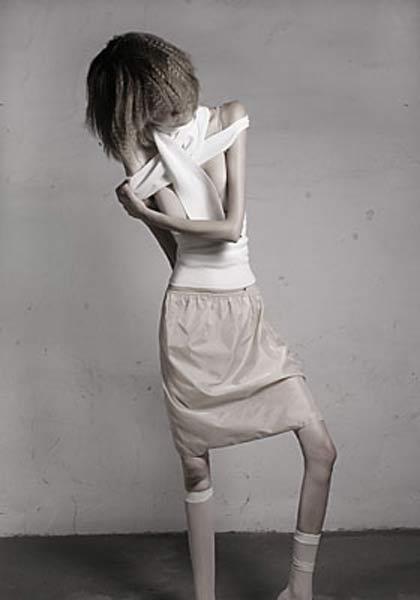 """Alman fotoğrafçı Ivonne Thein , """"Projenin altyapısı, 1990'larda Amerika'da ortaya çıkan bir internet akımı olan ve anoreksiya nervoza'yı genç kadınlara yeni, pozitif bir hayat stili olarak yücelten """"Pro Ana"""" adlı bir fenomene dayanıyor. Internet, yeme düzensizlikleri olanlara farklı içerikler sunan grupların sanal yuvası haline geldi."""