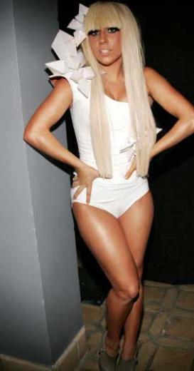 Sahnelerin çılgın şarkıcısı Lady Gaga, iddialı kıyafetleriyle dikkat çekiyor.