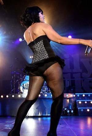 Lily Allen'ın selülitlerini siyah çorapları bile gizleyemiyor.