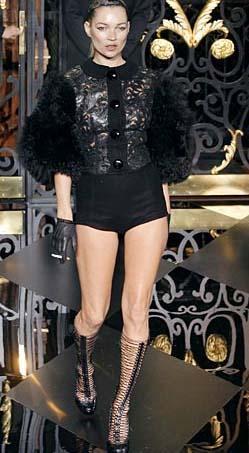 Kate Moss ilerleyen yaşına rağmen hala moda dünyasının yaşayan ikonlarından biri... Ünlü firmalar ondan vazgeçemiyor.